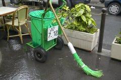 Balde da vassoura verde e do lixo na rua, Paris, França foto de stock royalty free