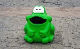 Balde do lixo da rã verde Foto de Stock Royalty Free