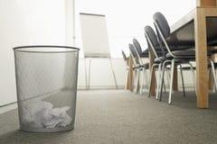 Balde do lixo na sala de reunião vazia Foto de Stock Royalty Free