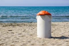 Balde do lixo no dia ensolarado da praia Foto do conceito de uma praia limpa Fotografia de Stock Royalty Free