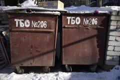 Balde do lixo no inverno Fotografia de Stock Royalty Free