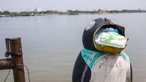 Balde do lixo perto do rio de Khong, Ho Chi Minh City, Vietname imagem de stock