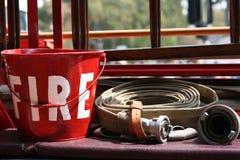 Balde e mangueira do motor de incêndio fotografia de stock