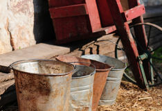 Baldes de leite em uma exploração agrícola imagem de stock royalty free