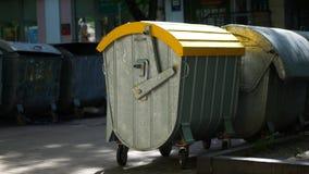 Baldes do lixo na cidade fora vídeos de arquivo