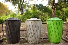 Baldes do lixo para o parque de reciclagem separado do lixo em público Ecologia, reciclando, proteção de conceitos da natureza foto de stock