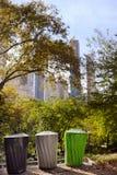 Baldes do lixo para o parque de reciclagem separado do lixo em público Ecologia, reciclando, proteção de conceitos da natureza imagens de stock royalty free