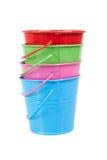 Baldes verdes, azuis, vermelhos e cor-de-rosa, cubetas, isoladas Fotografia de Stock Royalty Free