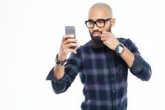Baldheaded amerykanina afrykańskiego pochodzenia mężczyzna wzruszający wąs i brać selfie Fotografia Stock