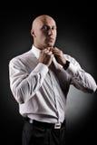 Baldman in einem weißen Hemd Lizenzfreies Stockfoto