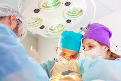 Baldness traktowanie W?osiany przeszczep Chirurdzy w sali operacyjnej wynosz? w?osian? przeszczep operacj? chirurgicznie zdjęcia stock