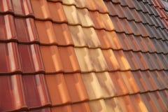 Baldosas cerámicas clásicas en diversos forma y color Cubierta durable misma del tejado imagen de archivo libre de regalías