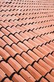 Baldosas cerámicas en un tejado que forma un modelo fotos de archivo