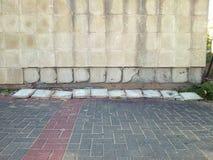 Baldosas cerámicas que caen apagado pared al aire libre Fotografía de archivo libre de regalías