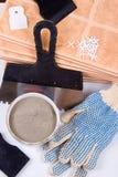 Baldosas cerámicas y paleta para las reparaciones fotografía de archivo