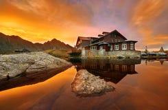 Balea在日落的紫胶瑞士山中的牧人小屋 库存图片