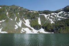 Balea在Transfagarasan路在Fagaras山,罗马尼亚旁边的冰川湖 库存图片