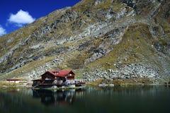 Balea湖瑞士山中的牧人小屋 免版税库存照片