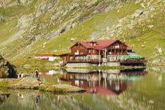 Balea湖瑞士山中的牧人小屋 免版税库存图片