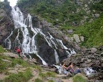 Balea瀑布的游人 免版税图库摄影