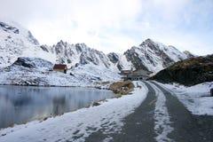 balea瑞士山中的牧人小屋近包围的湖山 库存图片