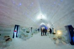 BALEA,罗马尼亚- 2017年1月27日-在Fagaras山的冻Balea湖,罗马尼亚冰旅馆 免版税图库摄影