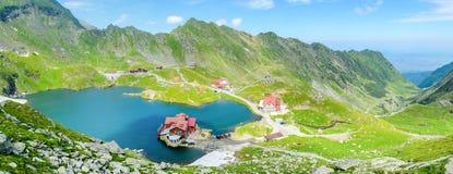 Balea gummilackaTransfagarasan Rumänien landskap med sjöhuset, nära det Moldoveanu maximumet, Arges län, Transylvania, Rumänien Arkivbilder