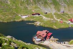 Balea jezioro, widzieć od above Glacjalny jezioro na Transfagarasan autostradzie, Zdjęcia Stock