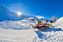 BALEA, RUMANIA - 27 de enero de 2017 - ratrak de la máquina de la preparación de la nieve en el lago en las montañas de Fagaras,  Imagenes de archivo