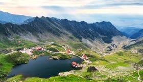 Balea See, gesehen von oben Glazial- See, auf Transfagarasan-hig lizenzfreie stockbilder