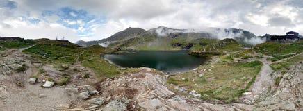 Balea sjö i de Fagaras bergen Arkivfoto