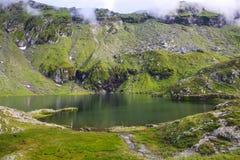 Balea sjö nära den Transfagarasan huvudvägen i den Carpathian Mountaien royaltyfria bilder