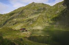 Balea sjö nära den Transfagarasan huvudvägen i den Carpathian Mountaien arkivfoton