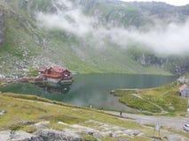 Balea sjö och Balea kabin, Rumänien Royaltyfri Bild