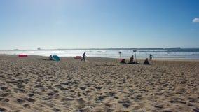 Baleal广泛的海滩在最后一个夏日的与Peniche,葡萄牙的,天际的 免版税库存照片
