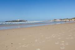 Baleal长滩在低潮和Baleal村庄(Peniche,葡萄牙)下午 库存照片