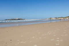Baleal Long Beach i lågvatten och den Baleal byn (Peniche, Portugal) i eftermiddagen Arkivfoto