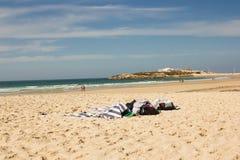 Baleal strand- och Baleal by (Peniche, Portugal) i eftermiddagen Arkivbilder