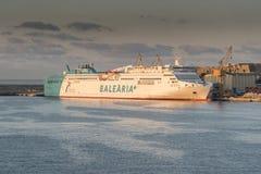 Balearia+ zeichnet Fähre Abel Matutes bei Sonnenaufgang in Palma-Hafen von der Königin Elizabeth lizenzfreie stockbilder