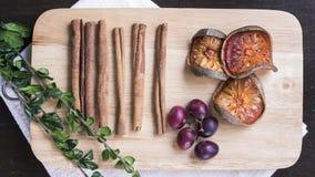 Balefriut, cannelle, raisin et herbes secs sur le fla de hachoir Photo stock