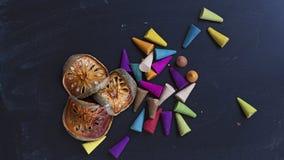 Balefruit sec et encens coloré sur le fla de fond de tableau Photo stock