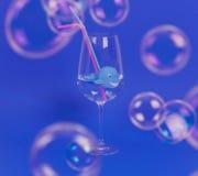 Baleia no vidro com palhas da água e do plástico Conceito ambiental fotografia de stock royalty free