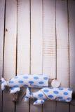 Baleias e conchas do mar dos brinquedos no fundo de madeira Foto de Stock Royalty Free
