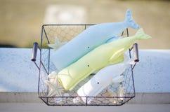 Baleine de trois jouets sur le fond en bois blanc de plancher Photos libres de droits