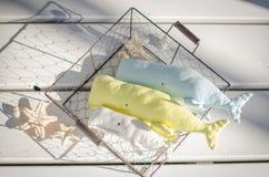 Baleine de trois jouets sur le fond en bois blanc de plancher photographie stock libre de droits