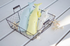 Baleine de trois jouets sur le fond en bois blanc de plancher Photo libre de droits