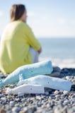 Baleine faite main de jouet de vintage sur les roches Image stock