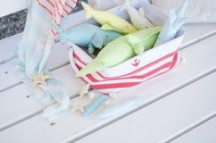 Baleine faite main de jouet sur le plancher en bois dans le panier Photographie stock libre de droits