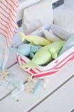 Baleine faite main de jouet sur le plancher en bois dans le panier images stock