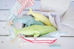 Baleine faite main de jouet sur le plancher en bois dans le panier Image libre de droits